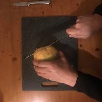 1. Snijd de onderkant van de koolraap af zodat de knol recht op tafel kan blijven staan.