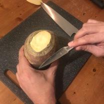 2. Geef met een mesje of een balpen aan op welke lij je het deksel wilt afsnijden. De penlijnen die je niet wegsnijdt kun je gemakkelijk met een sponsje met wat afwasmiddel onder de kraan verwijderen.