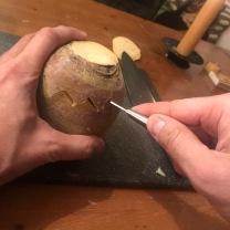 3. Snijd het deksel af door met een mes op een zigzag manier de knol in te snijden, herhaal dit tot je diep genoeg hebt gesneden om het deksel los te laten komen.