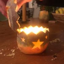 15. uitproberen die hap! Maar niet de hele avond gezellig laten branden terwijl je de knol voor je andere kind (of jezelf of?!) holt, want dan heb je aan het einde van de avond een verschrompeld lantaarntje.